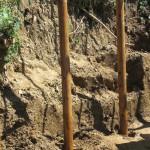 少し穴を掘ってから1メートル打ち込んだ