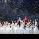 迫が舞台上に上がる雪の国のシーン