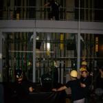 重量物を吊る時は綱元2階からもサポートする
